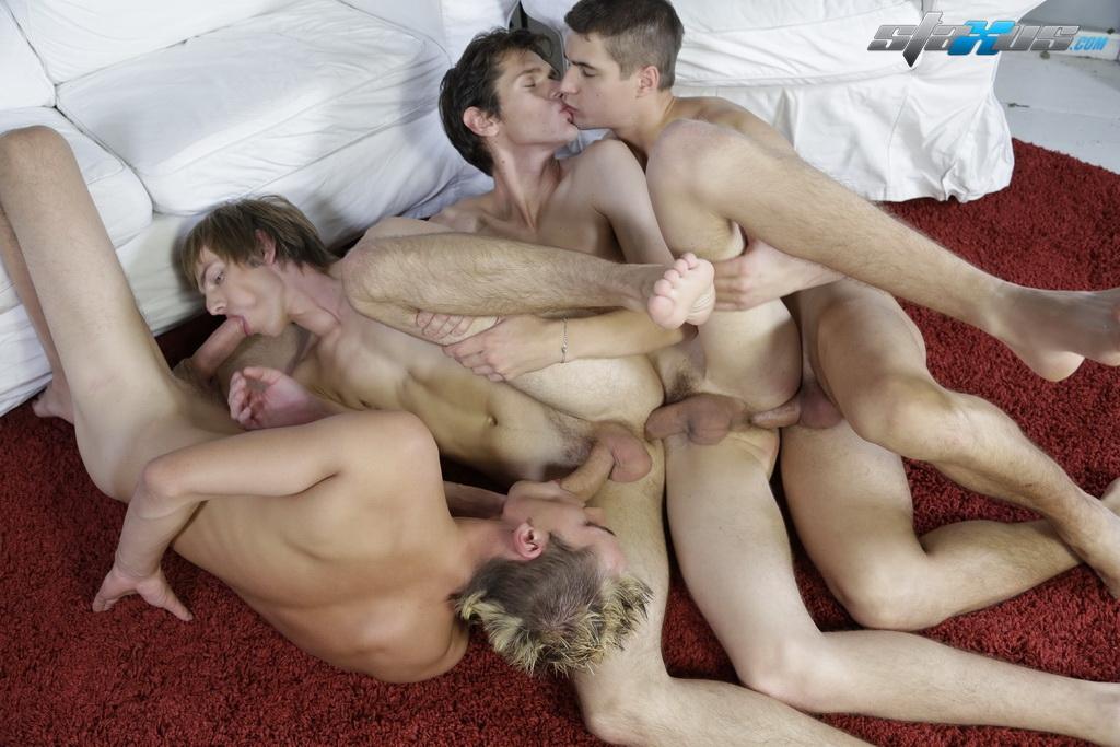 Групповуха тинейджеров с участием двух парней и двух чик